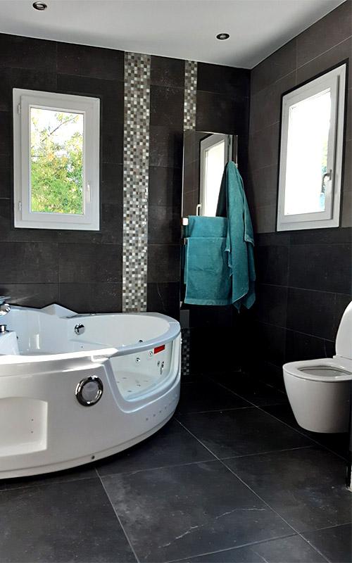 Salle de bain baignoire balneo